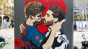 ВБарселоне нарисовали целующихся Пике иРамоса. Два года назад вместо них были Месси иРоналду