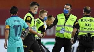 Выбежавший на поле фанат прервал матч «Барселоны». Он проник на закрытый для зрителей стадион