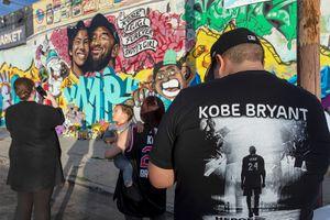 ВЛос-Анджелесе появилось граффити впамять оБрайанте иего дочери. Возле лежат цветы игорят свечи