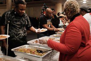 Ресторан Месси будет бесплатно кормить бедняков