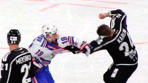 Форварду СКА Ткачеву в кровь разбили лицо и уложили на лед. Он проиграл бой игроку «Трактора»