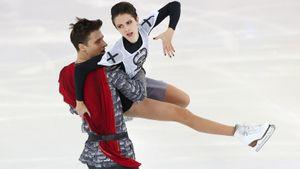 Крутая русская пара дерется на мечах и катается на стульях. «Фигурка» с Забияко и Энбертом