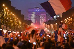 Путин под зонтом, безумие в Париже, слезы хорватов. Самые яркие кадры воскресенья