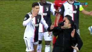 Роналду разозлился нафаната, неожиданно атаковавшего его сзади: видео