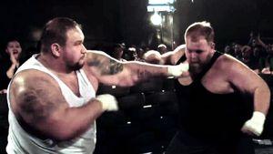 В России провели самый «тяжелый» бой на голых кулаках. Общий вес участников — 371 кг
