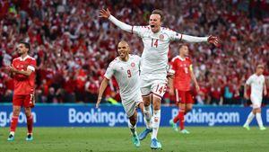 Первый футболист, родившийся в XXI веке, который забил на Евро. Кто такой Дамсгор, который похоронил Россию