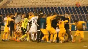Матч футболистов изАстрахани иМахачкалы завершился массовой дракой: видео