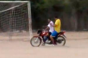 В Бразилии вратарь рассмешил зрителей, вернувшись в ворота на мотоцикле после углового