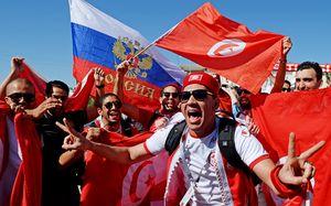 Фанатов Туниса научили петь «Калинку» перед игрой с Англией. Как угорали в поезде Москва — Волгоград