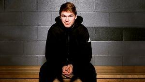 «Боль была адской, мой крик слышала вся арена». 20-летний русский, которого Овечкин ждет в НХЛ