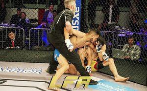 Жесть в ММА: боец сломал руку, вывернув ее на 180 градусов. Соперник продолжил его добивать