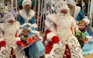 Жена Овечкина показала, как их сын получил подарок от Деда Мороза и Снегурочки: видео