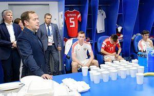 Медведев в раздевалке сборной после пенальти и другие VIP-зрители матча Россия — Хорватия