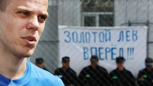 Как Кокорин и Мамаев играли в футбол в тюрьме: грамоты, баннер и священник. 45 атмосферных кадров