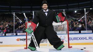 Хоккейные мушкетеры, вратарь — интеллигент и бородатая ведущая. Фото мастер-шоу Матча звезд КХЛ