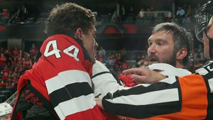 Американский фанат Овечкина сдетства мечтал обавтографе кумира. Спустя 14 лет онразбил Ови лицо вматче НХЛ
