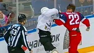 Чех Накладал в стиле ММА повалил соперника, но оказался у врача с разбитым носом. Крутая драка в КХЛ