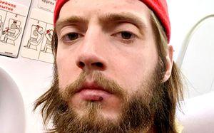 Жесткий русский хоккеист вырубил соперника ударом с локтя. Тот не доехал до скамейки запасных