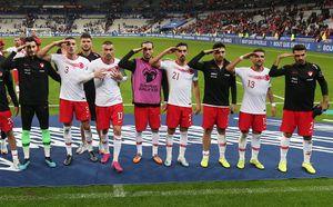 Турецкие футболисты вновь показали воинское приветствие. Ихподдержали фанаты