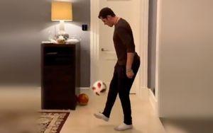 «Готовимся к сборной России по футболу». Малкин показал, как чеканит мяч