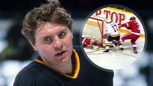 Легендарный гол советского хоккеиста Крутова. Он получил подлый удар коньком от канадца, но впервые забил в НХЛ