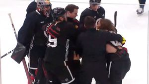 Хоккеисты «Чикаго» подрались натренировке. Год назад это помогло «Сент-Луису» взять Кубок Стэнли