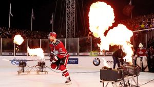 Глинтвейн, фантастический закат и хоккей в сумерках. «Зимняя классика» в Риге — просто огонь!