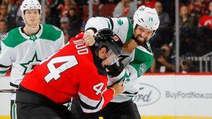 Жесткая рубка в НХЛ: фанат Овечкина против партнера Радулова. Такое редко увидишь даже в ММА