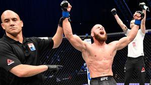 Бьет ногами, как Ван Дамм в «Кикбоксере», уклоняется, как Нео из «Матрицы». Физиев— один из самых зрелищных в UFC
