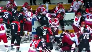 Знаменитая драка в российском хоккее. Здоровяк Назаров хотел биться против целой команды, защищая Ягра: видео