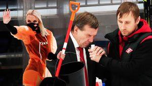 Знарок нюхал нашатырь и разбирался с судьями, Гудачек кувыркался на льду. Фото дерби «Спартак» — «Динамо»