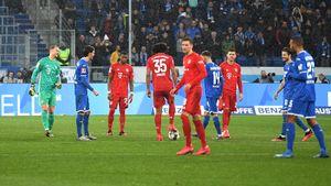 Скандал вГермании: «Бавария» и«Хоффенхайм» пасовали друг другу вответ напротест фанатов