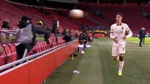 Футболист «Ромы» Калафьори пострадал от болбоя «Аякса» и получил от Карасева желтую карточку: видео