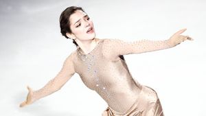 «Перестаньте так хорошо выглядеть, иначе вас оштрафую». Медведева очаровала подписчиков фотосессией в белом платье
