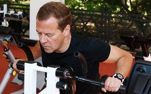 Премьер Дмитрий Медведев пропал из виду. Все из-за занятий спортом