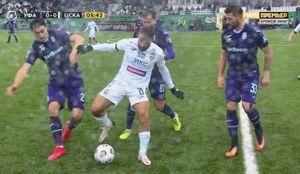 Футболиста ЦСКА окружили три соперника, но Влашич обыграл их одним финтом: видео