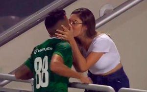 Игрок «Лудогорца» отпраздновал гол поцелуем с женой. Мяч не засчитали