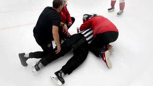 Судью в КХЛ унесли со льда на носилках после жесткого стыка с игроком. Он отработал только 3 минуты
