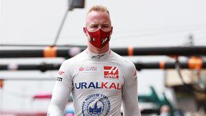 Русский гонщик Ф-1 (снова последний) проигрывает младшему Шумахеру 1:7. А Ферстаппен снова лучше Хэмилтона