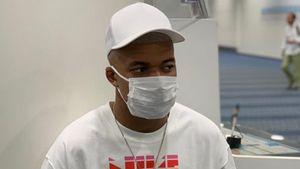 «Прочь, коронавирус». Проверенный наналичие инфекции Мбаппе выложил фото вмедицинской маске