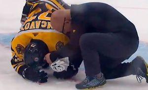 Жесткая травма вНХЛ. Американец Макэвой врезался головой вштангу, пролив налед кровь
