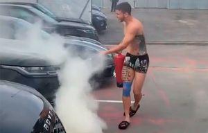 Игрок «Атлетико» распылил огнетушитель наодежду одноклубника, тот вответ «потушил» машину обидчика