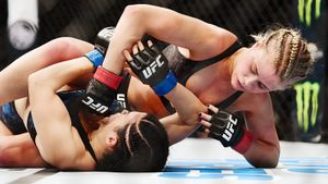 Две самые горячие девушки в UFC подрались между собой. Бой продлился 7 минут