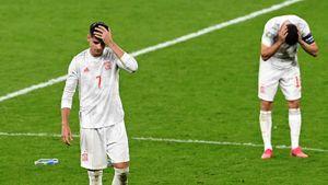 «Я поблагодарил и обнял его». Мората— снова антигерой: спас Испанию в основное время, но запорол серию пенальти