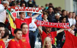 Белорусские болельщики вовремя матча сборной зарядили «Кто нескачет, тот москаль». Чтооо?!