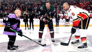 Команда НХЛ подписала контракт с8-летней девочкой, борющейся сраком