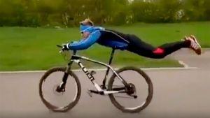 «Отрабатывает лежку. Неповторять!» Российский биатлонист проехал навелосипеде, лежа наживоте