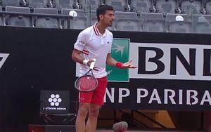 Джокович наорал на судью, который не останавливал матч из-за дождя: видео