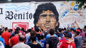 Как в мире прощаются с Марадоной: «Наполи» переименовал стадион, улицы Буэнос-Айреса в цветах и граффити с Диего