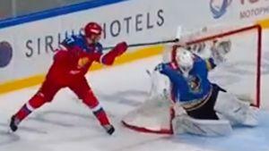 Супергол молодого русского хоккеиста. 18-летний Амиров забил в стиле лакросс: видео